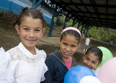 There are 320 children enrolled in the El Carmen school.